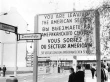 Amerikanisches Sektorengrenzschild am Checkpoint Charlie