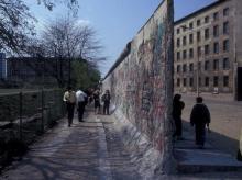 An der Berliner Mauer in der Niederkirchnerstraße