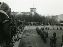 Auf und vor der Mauer am Brandenburger Tor